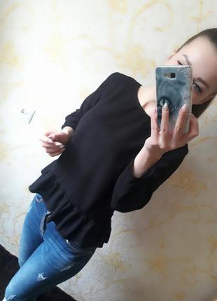 Красивая блузка с оборкой от diveded h&m