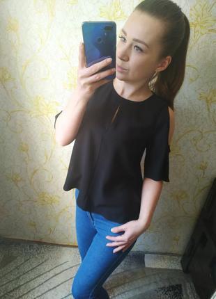 Красивая блузка с разрезами на плечах