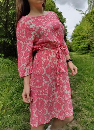 Красивое летнее платье с поясом в узоры