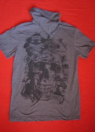Серая свободная футболка с отложным воротом, рисунок череп