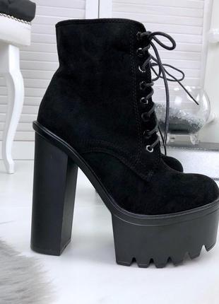 Люксовые ботильоны на шнурках на грубой подошве и высоком каблуке