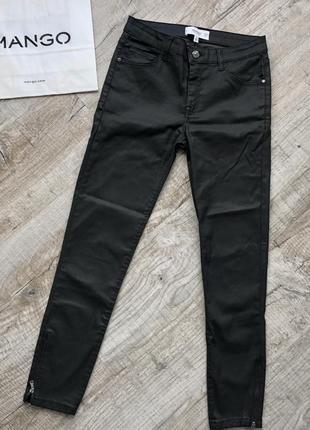 Темно-серые штаны под кожу mango
