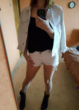 Белые джинсовые шорты мини