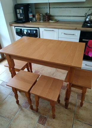 Кухонний стіл з чотирма табуретами