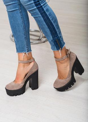 Женские замшевые туфли на высоком каблуке