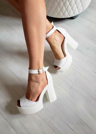Женские кожаные босоножки на высоком каблуке