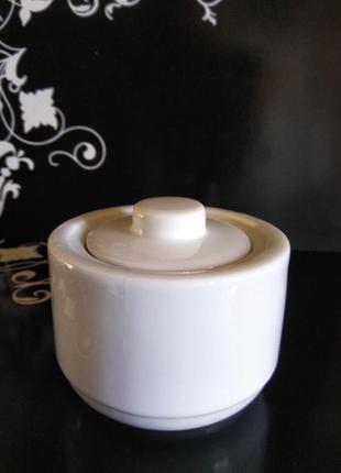 Белая цилиндрическая фарфоровая сахарница с плоской крышкой