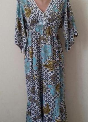 Длинное легкое платье с украшением wallis
