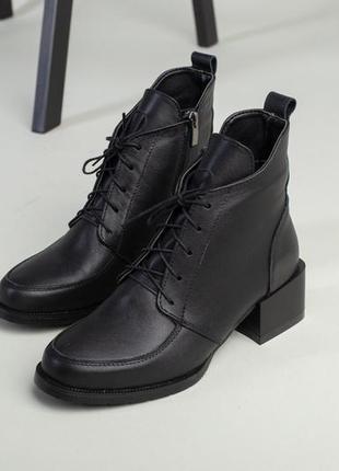 Женские ботинки на каблуке со шнуровкой