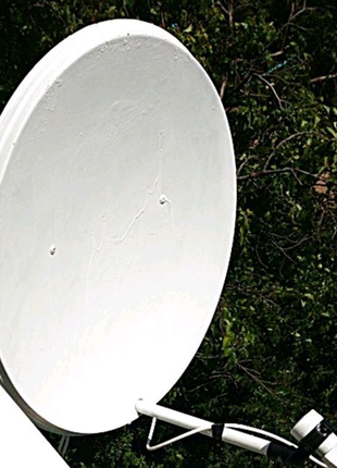 Спутниковая антенна в рабочем состоянии
