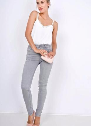 Джинсы брюки скинни пастельно-серого цвета