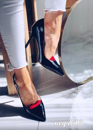 """Черные лаковые туфли лодочки на шпильке с вставкой """"губок"""""""