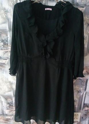Черное платье с рюшами