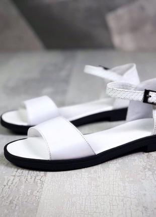 Кожаные белые босоножки