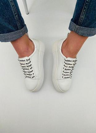 Женские белые кеды mia – модель выполнена на легкой подошве.