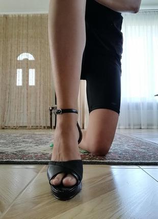 Босоножки туфли черные на каблуке. чёрные туфли с открытым нос...