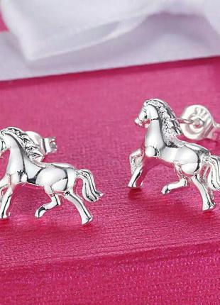 Стильные серебряные серьги лошади