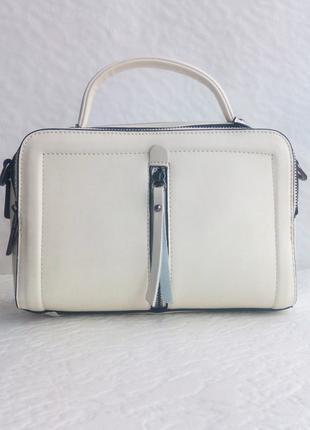 Маленькая светлая сумка чемоданчик