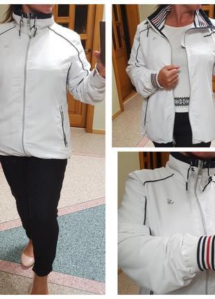 Белая куртка (ветровка) sjeng