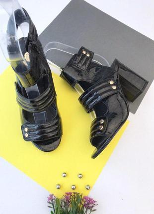 Лаковые босоножки на толстом каблуке