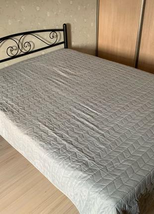 Стильная кровать с матрасом и наматрасником/покрывалом