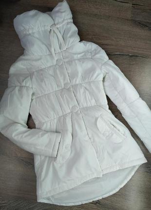 Белая куртка с высоким воротником демисезонная на холодную осе...