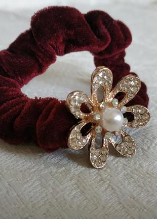 Бордовая резинка для волос с металлическим цветком с жемчужиной