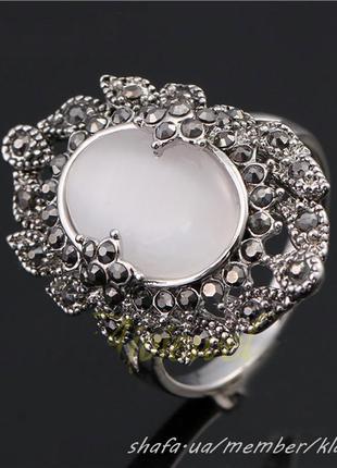 Шикарное кольцо перстень c опалом, усеянное черными кристаллам...