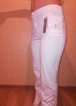 Женские стрейчевые брюки разного цвета.