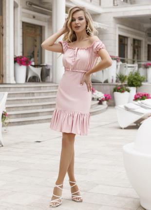 Розовое платье с открытыми плечами