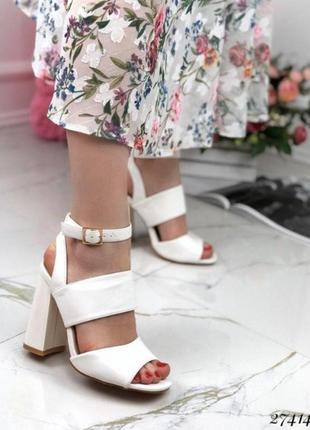 Стильные белые босоножки на каблуке