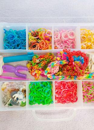 Набор резиночек и бусин для плетения браслетов.
