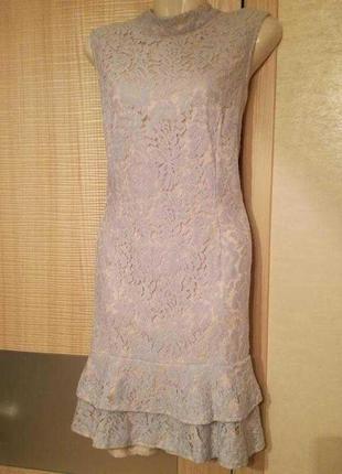 Платье с открытой спиной нежно голубым кружевом гипюром и вола...