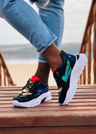 Стильные черные кроссовки и белые