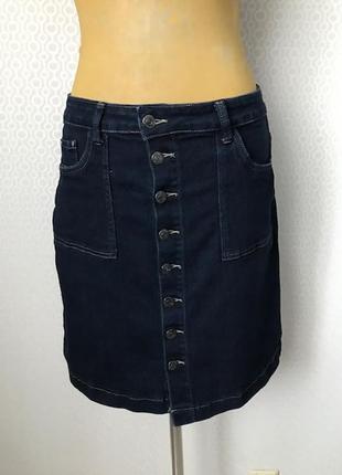 Стрейчевая джинсовая юбка на пуговицах насыщенного цвета индиг...