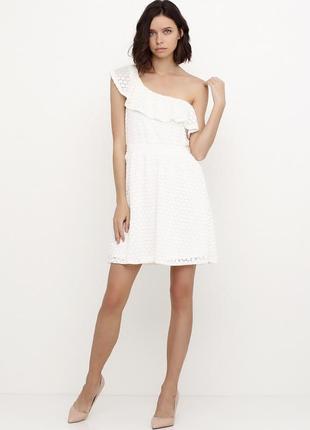 Новое женское платье с воланом.