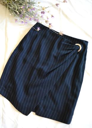 Лаконичная базовая юбка синяя на запах с кольцом в полоску шко...
