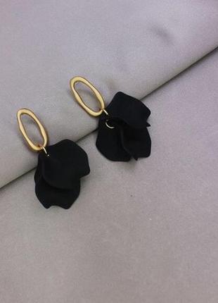Шикарные серьги лепестки черного цвета