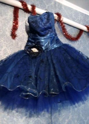 Платье, колье и каблуки