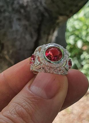 Женское кольцо из серебра с камнями.