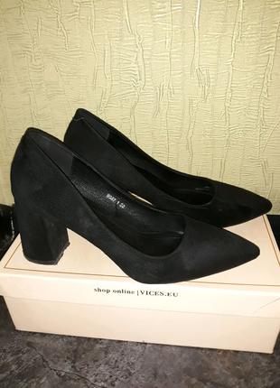 Велюровые женские туфли.