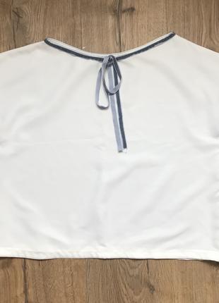 Светлая молочная белая блуза с голубой отделкой