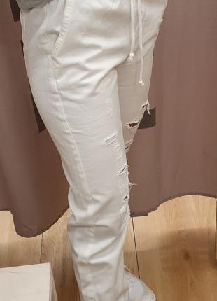 Белые рваные джинсы-джогеры с потертостями Bershka