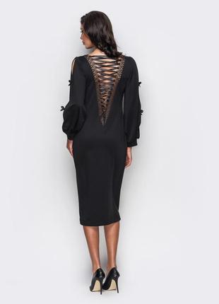 Стильное платье с оригинальной шнуровкой на v-вырезе по спинке.