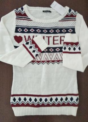 Мягкий свитер с надписью и орнаментом