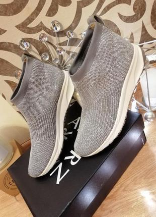 Стильные кроссовки  носки naturalizer