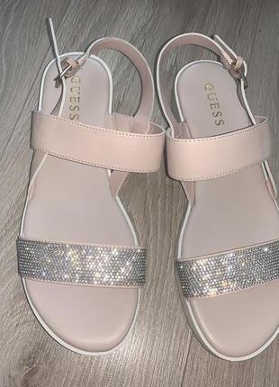 Розовые пудровые сандалии Guess