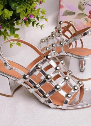 Стильные босоножки с металлическим декором