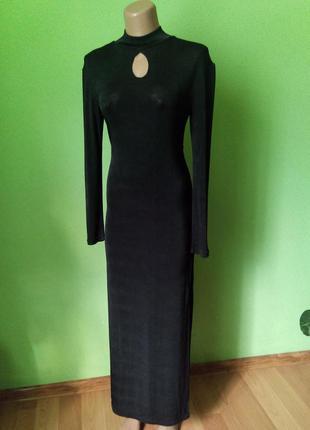 Стильное платье с глубокими разрезами