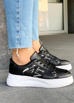 Черные кроссовки на белой подошве